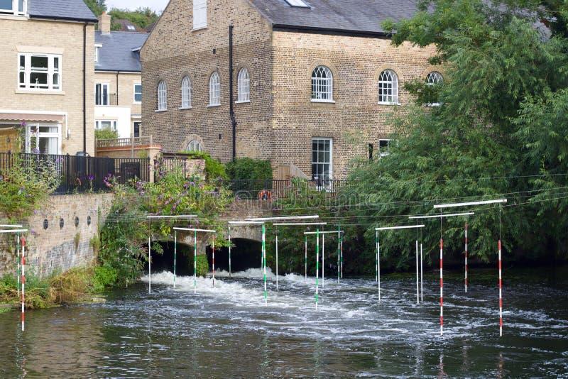 3 de agosto de 2019, Harefield, Inglaterra: Polos do slalom da canoa sobre a água de jorro imagens de stock royalty free