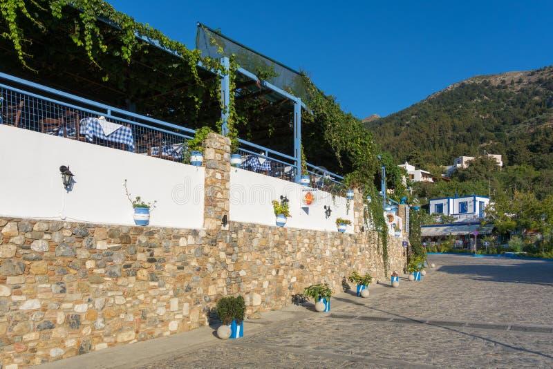26 de agosto de 2017 - isla de Kos, Dodecanese, Grecia - calle con las tiendas y las tabernas turísticas en el pueblo tradicional fotografía de archivo libre de regalías