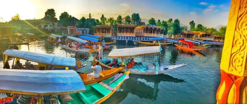 18 de agosto de 2016 Jammu e Caxemira, Índia Comerciantes do barco de Shikara e casas de barco no mercado floting no lago Dal de  foto de stock