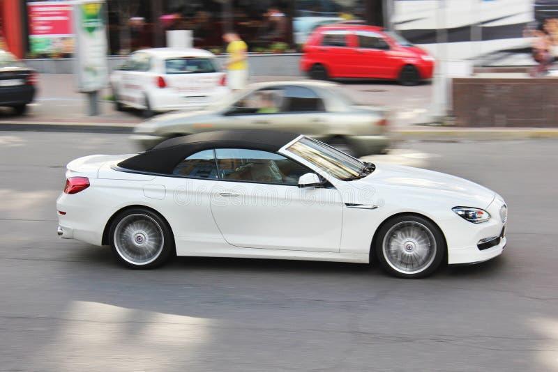 8 de agosto de 2015; Kiev, Ucrânia, na cidade Cabriolet de BMW Alpina B6 Convertible branco fotografia de stock royalty free