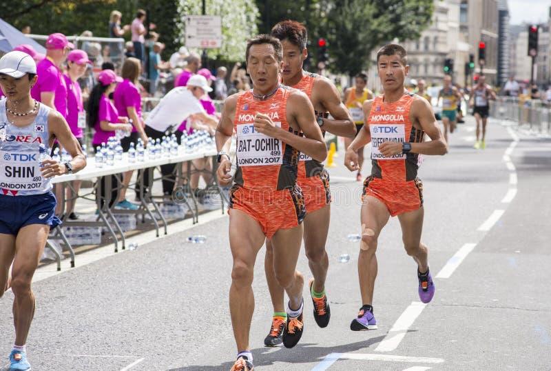 6 de agosto ` 17 - maratona dos campeonatos do atletismo do mundo de Londres: Atletas BAT-OCHIR, NARANDULAM e TSEVEENRAVDAN do Mo fotos de stock royalty free