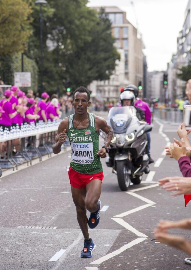 6 de agosto ` 17 - maratona dos campeonatos do atletismo do mundo de Londres: MGhebrezgiaghier KIBROM imagens de stock royalty free