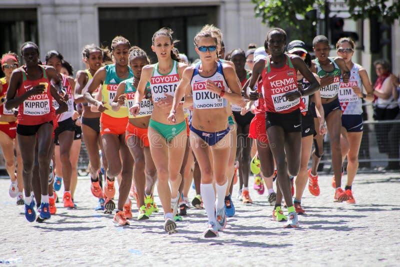 6 de agosto ` 17 - maratona dos campeonatos do atletismo do mundo de Londres: Alyson Dixon GBR conduz a raça cedo foto de stock royalty free