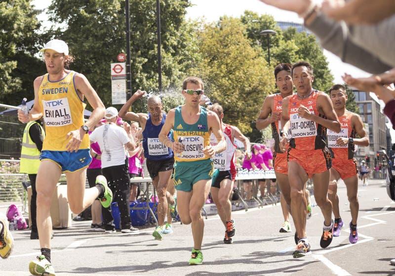 6 de agosto ` 17 - maratona dos campeonatos do atletismo do mundo de Londres: Atletas do Mongolian imagens de stock