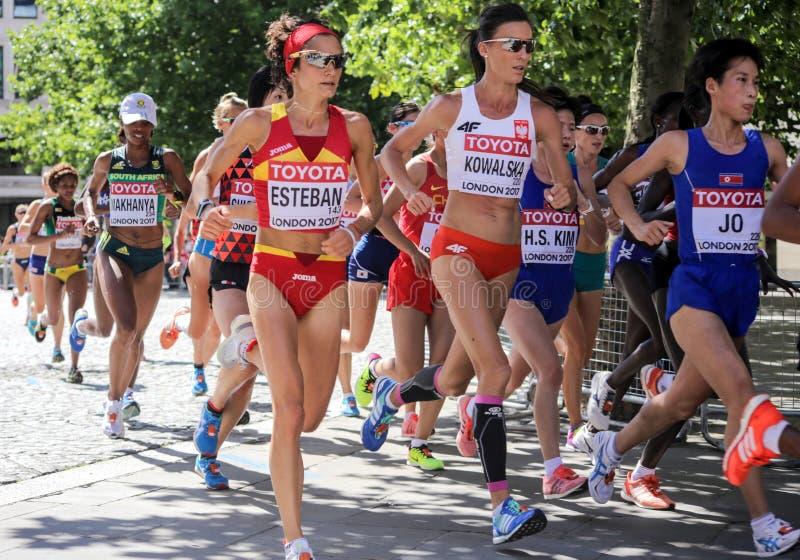 6 de agosto ` 17 - maratona dos campeonatos do atletismo do mundo de Londres: Estaban, Kowalska e Jo foto de stock