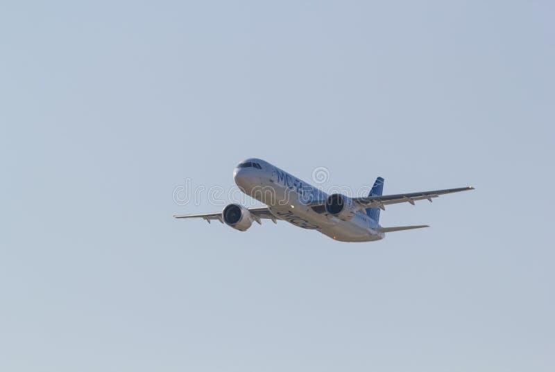 30 DE AGOSTO DE 2019 MOSCOU, RÚSSIA: Aviões de passageiros de grande porte que voam no céu azul claro - vista frontal - AIRBUS MC fotografia de stock