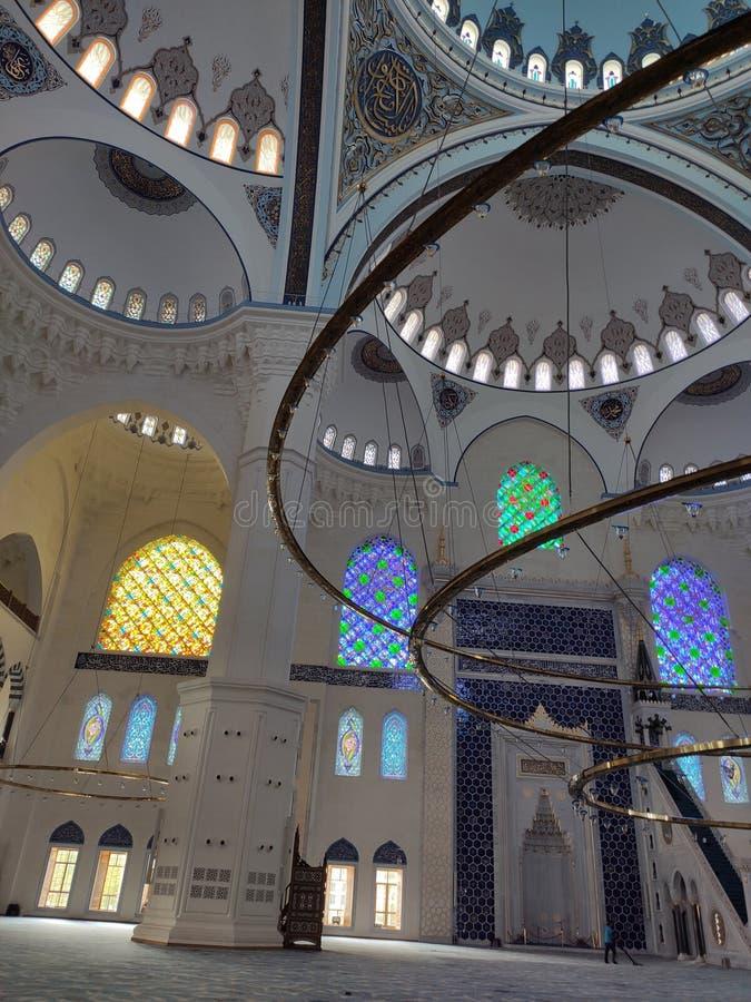 4 de agosto de 19 opinión del patio de la MEZQUITA de CAMLICA en Estambul, Turquía La mezquita de Camlica es la mezquita m?s gran imagen de archivo libre de regalías