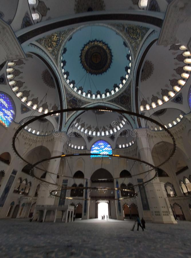4 de agosto de 19 opinión del patio de la MEZQUITA de CAMLICA en Estambul, Turquía La mezquita de Camlica es la mezquita m?s gran imagen de archivo