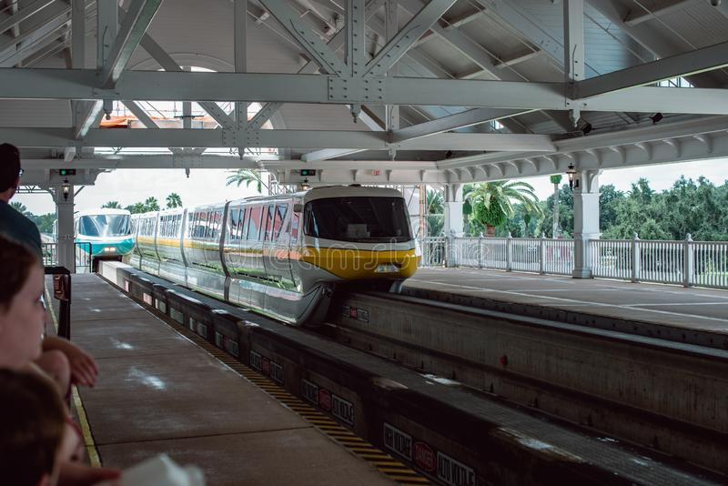 8 de agosto de 2019 - Orlando, FL: Vista del sistema de transporte Monorail en el parque temático Walt Disney World foto de archivo libre de regalías