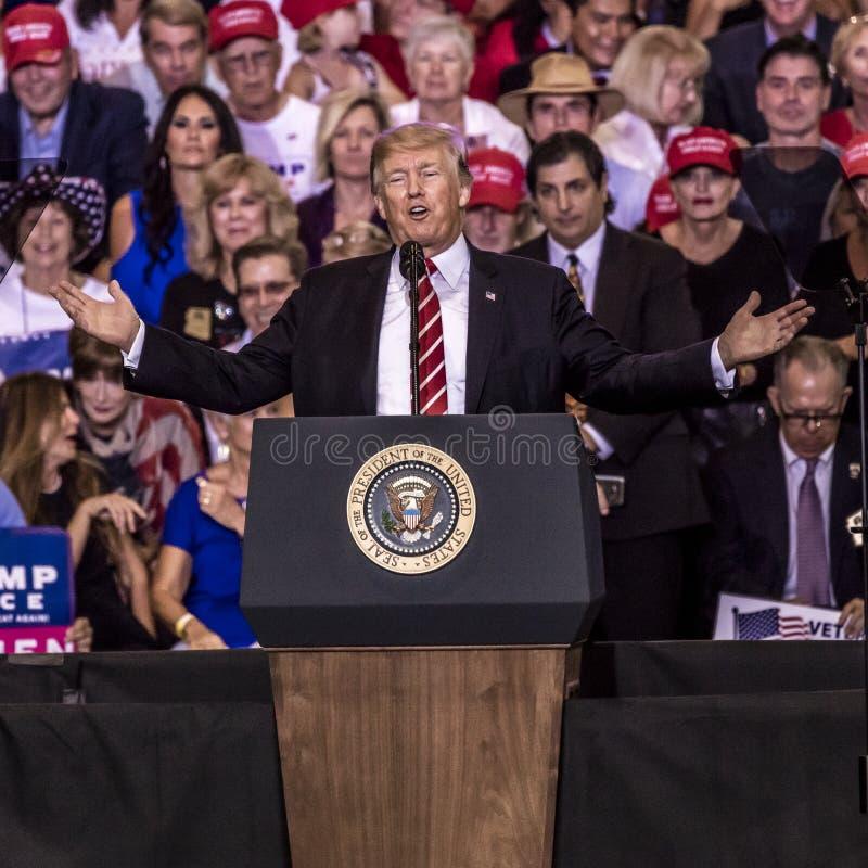 22 DE AGOSTO DE 2017, PHOENIX, AZ U S Presidente Donald J El triunfo habla a la muchedumbre de partidarios en Entusiasta, gobiern foto de archivo