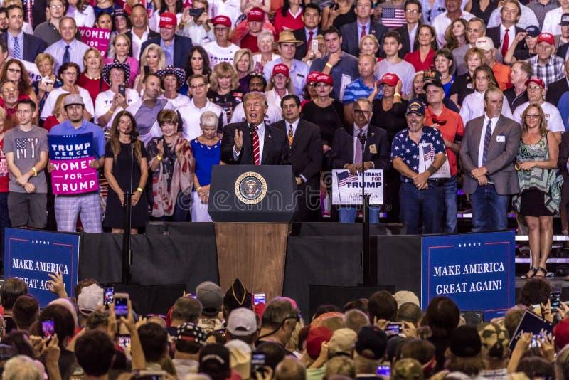 22 DE AGOSTO DE 2017, PHOENIX, AZ U S Presidente Donald J El triunfo habla a la muchedumbre de partidarios en Política, gobierno foto de archivo