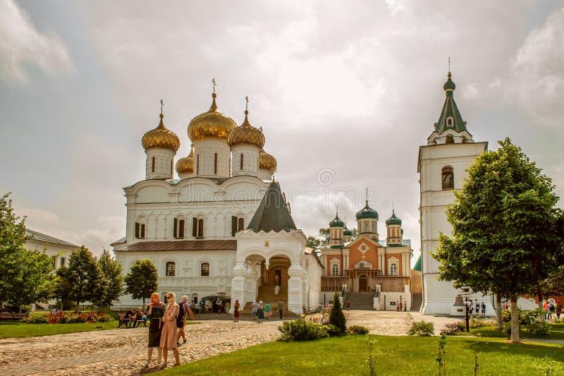 4 de agosto de 2018. Rusia la ciudad de Kostroma en el Monasterio Ipatiev de la Santísima Trinidad del Volga. Editorial foto de archivo libre de regalías