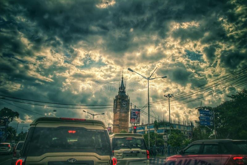 21 de agosto de 2018, Sribhumi, Kolkata, la India Una opinión de cielo nublado en el fondo de la torre de reloj del sribhumi en K imágenes de archivo libres de regalías