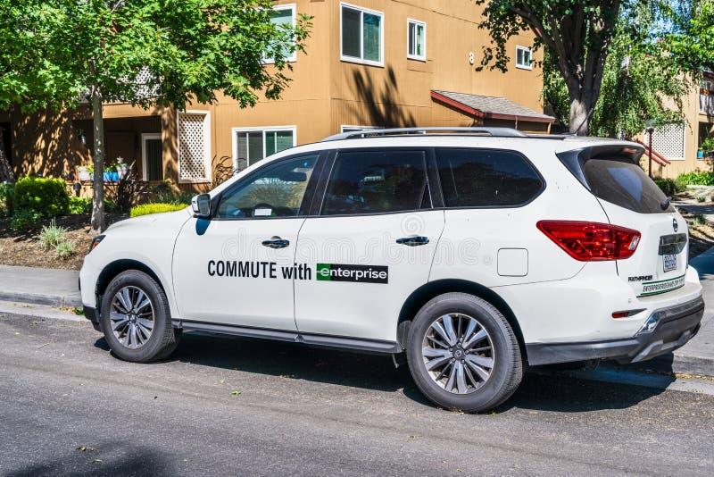 8 de agosto de 2019 Sunnyvale/CA/los E.E.U.U. - conmute con el vehículo de la empresa parqueado en una calle en un área residenci foto de archivo