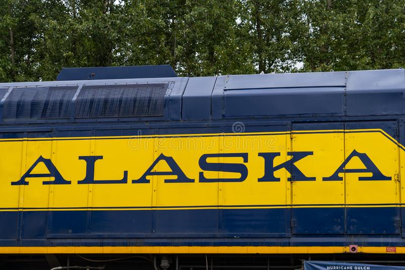 10 DE AGOSTO DE 2018 - TALKEETNA ALASKA: Ciérrese encima de vista de un coche de tren de ferrocarril de Alaska con el logotipo ic fotografía de archivo libre de regalías