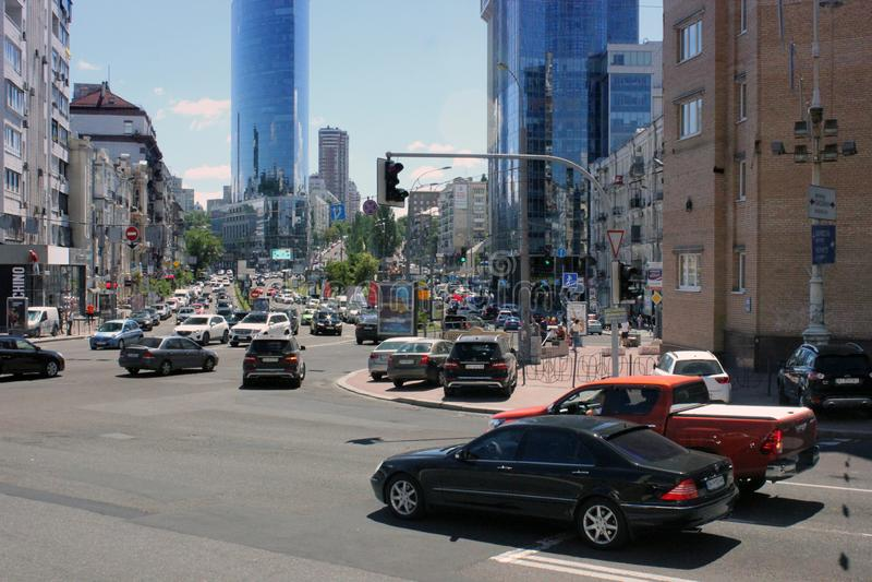 25 de agosto de 2010 Ucrânia - Kiev Ruas de Kiev Os carros estão nos sinais imagem de stock royalty free