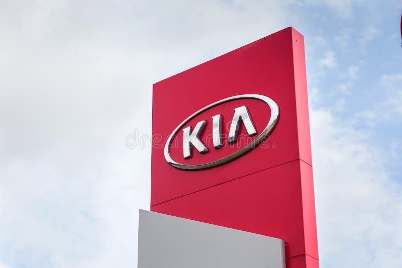 01 de agosto de 2017 - Vinnitsa, Ucr?nia Sala de exposições do logotipo de KIA em um suporte fotos de stock royalty free