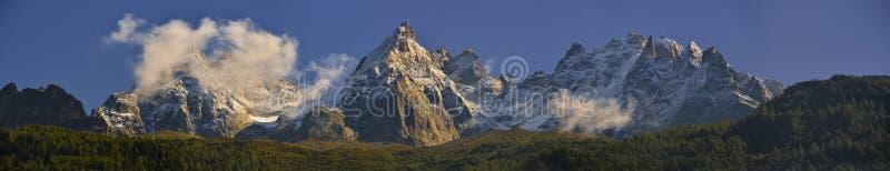 De Aiguilles-bergketenpieken en de blauwe hemel Chamonix, Frankrijk stock foto's