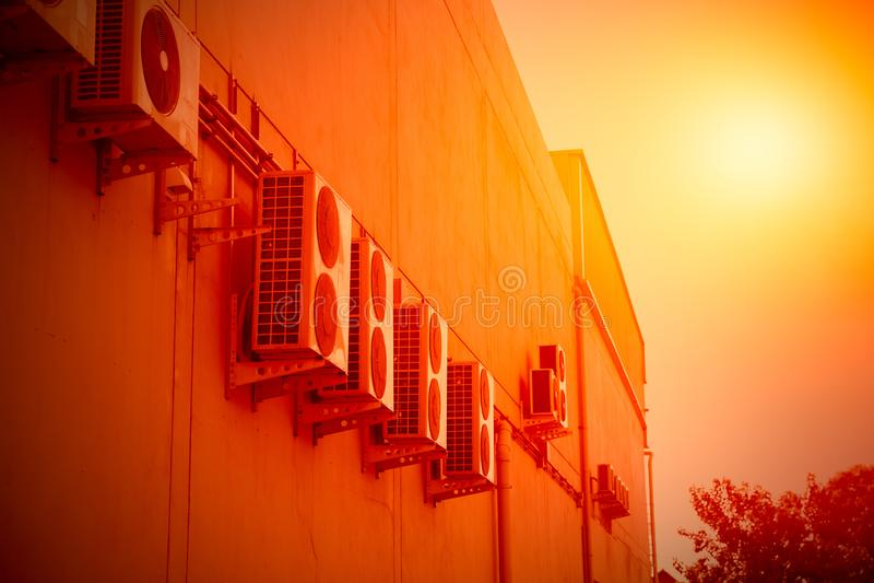 De airconditionercompressor produceert hitte in heet royalty-vrije stock afbeeldingen