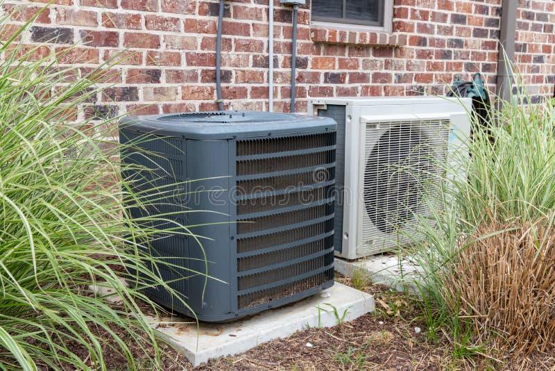 De Airconditionercompressor van HVAC en een mini-Gespleten systeem samen stock afbeelding