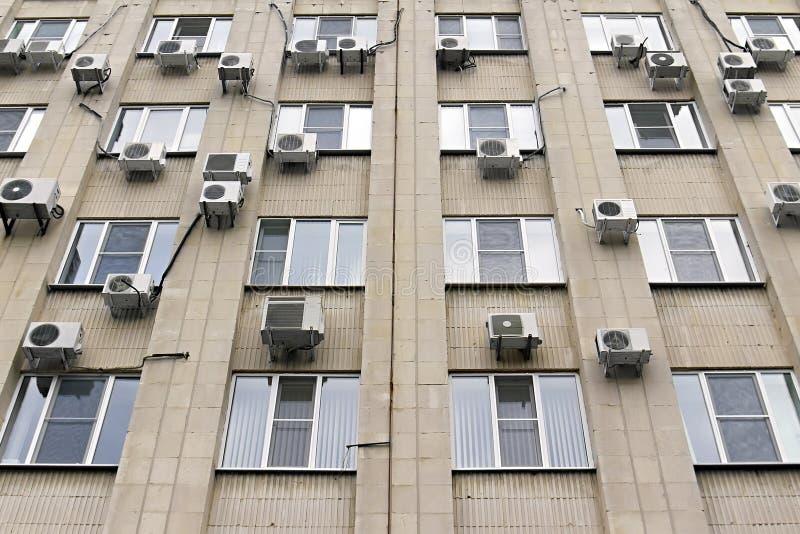 De airconditioners van Mani op de de bouwmuur stock foto's