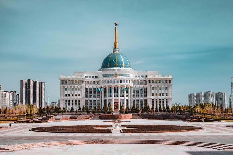 ` De Ak-Orda do ` do palácio presidencial com o céu azul através do rio em Astana, Cazaquistão foto de stock