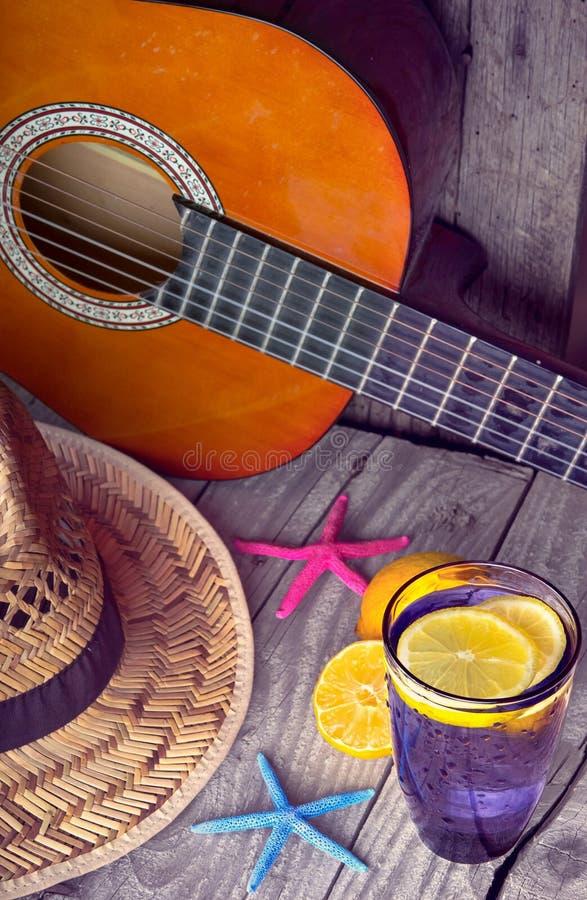 Download De Akoestisch Zeester Van De Gitaarhoed En Glas Smakelijke Verse Limonade Met Citroenen Op Uitstekend Hout Stock Afbeelding - Afbeelding bestaande uit kalk, caraïbisch: 54079383