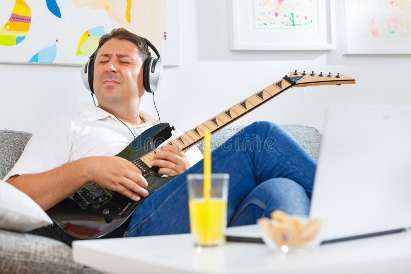 De akoestische speeldetails van de gitaargitarist Muzikale instrumant met uitvoerdershanden stock foto's