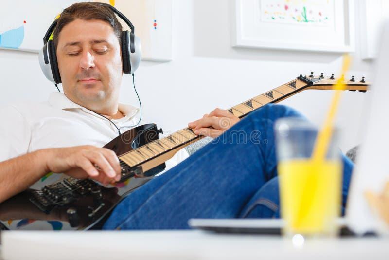De akoestische speeldetails van de gitaargitarist Muzikale instrumant met uitvoerdershanden stock foto