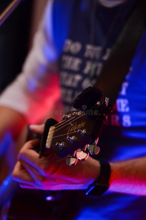 De akoestische speeldetails van de gitaargitarist Muzikale instrumant met uitvoerdershanden royalty-vrije stock fotografie