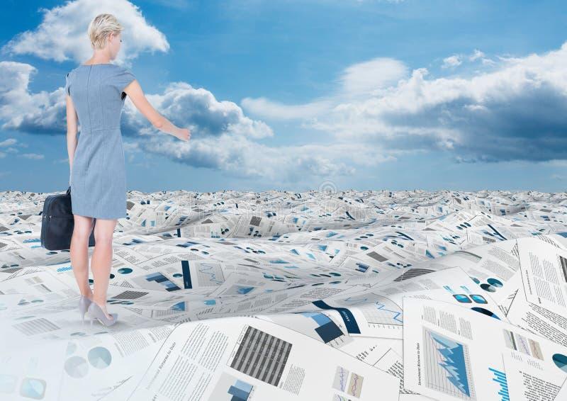 De aktentas van de onderneemsterholding in overzees van documenten onder hemelwolken royalty-vrije stock afbeeldingen