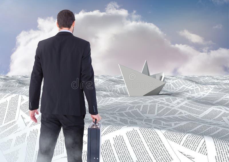 De aktentas van de zakenmanholding in overzees van documenten onder hemel betrekt met document boot royalty-vrije stock fotografie