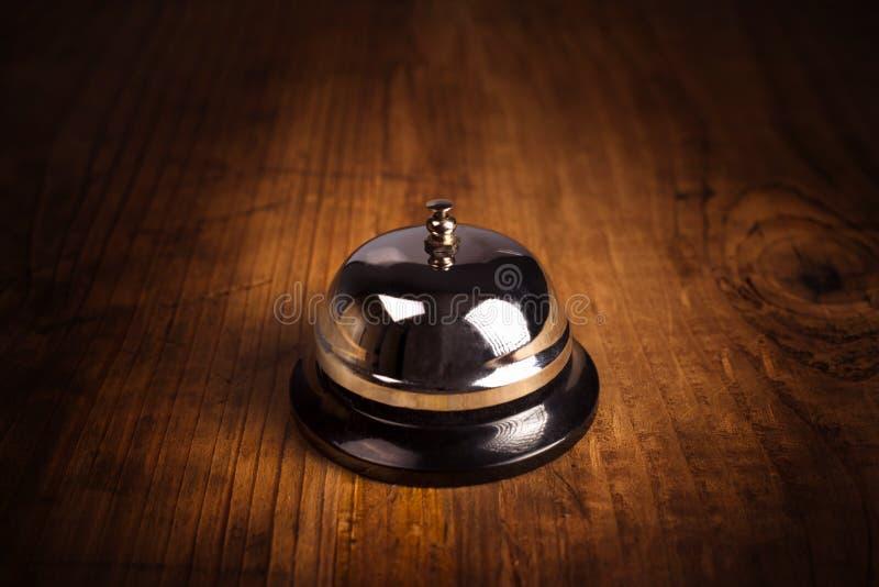 De alarmbel van de hoteldienst op houten ontvangst voorbureau stock fotografie