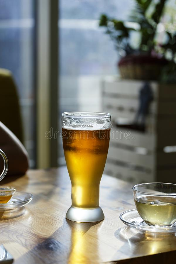 De alcohol, bier, glas, bar, lijst, koffie, mok, bar, ijzige drank, koud, lagerbier, sluit omhoog, kopieert ruimte stock afbeeldingen