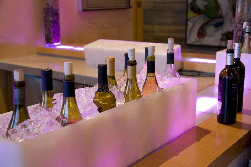 De alcohol drinkt flessen in ijs in barrestaurant royalty-vrije stock afbeelding