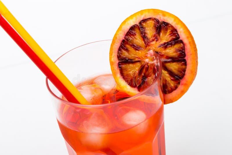 De alcoholische cocktail van het Aperol spritz aperitief met oranje plakken en royalty-vrije stock afbeelding
