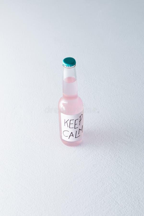 de alcoholische drank in fles met inschrijving houdt rust op etiket royalty-vrije stock fotografie