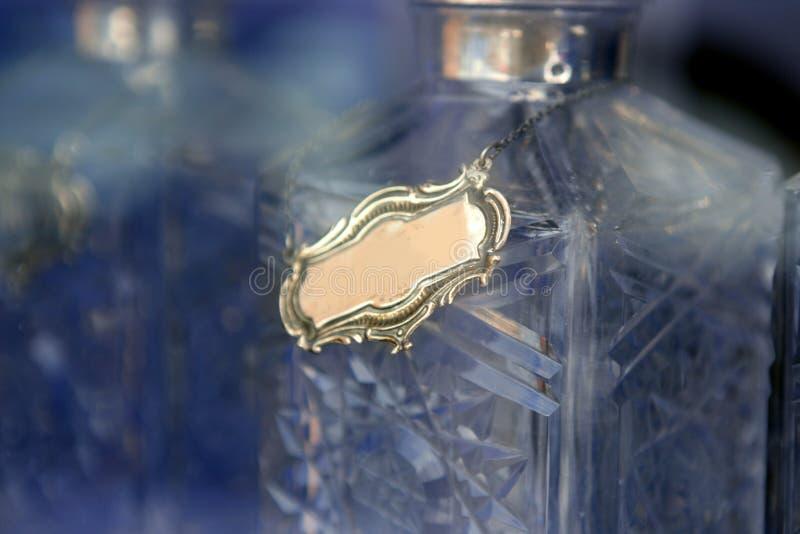 De alcoholische drankfles van het glas met exemplaar ruimtemetaal stock fotografie