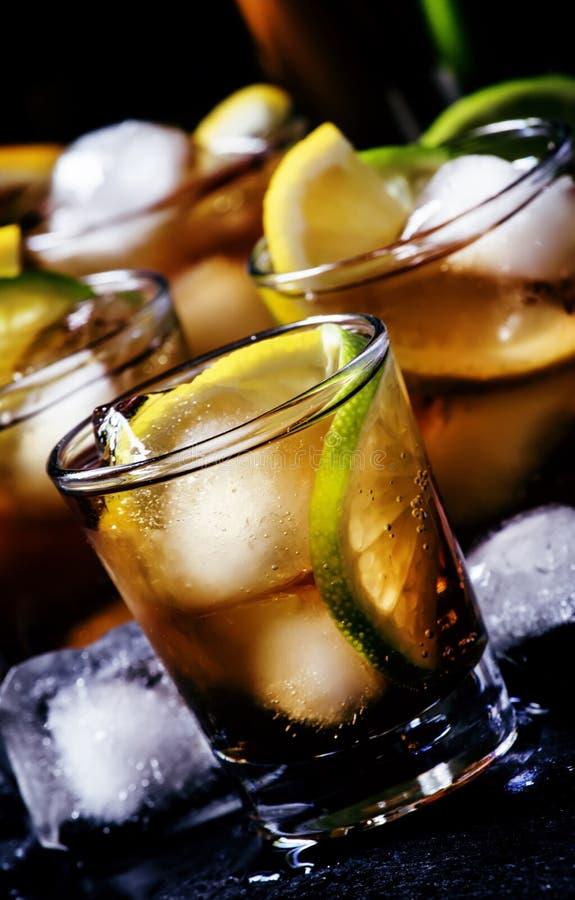 De alcoholische kola van de cocktailrum met ijs, kalk, citroen, kola en whit royalty-vrije stock afbeeldingen