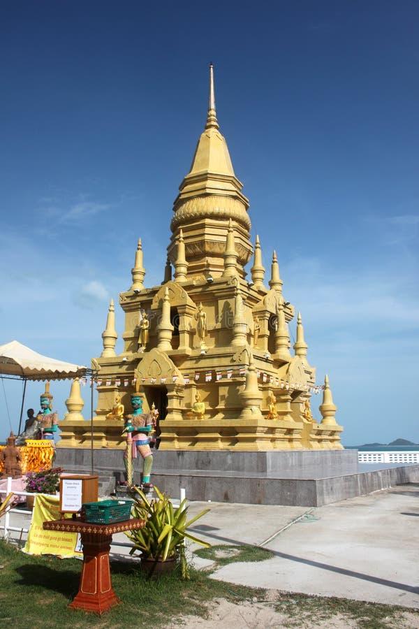 De aleijado o pagode assim com as estátuas de Budda na estrada 4170 em Koh Samui em Tailândia fotografia de stock royalty free
