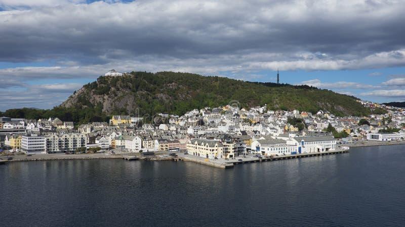 De Alesundstad, een rustige havenstad met architectuur in Art Nouveau-stijl en zet Aksla op de achtergrond op stock fotografie