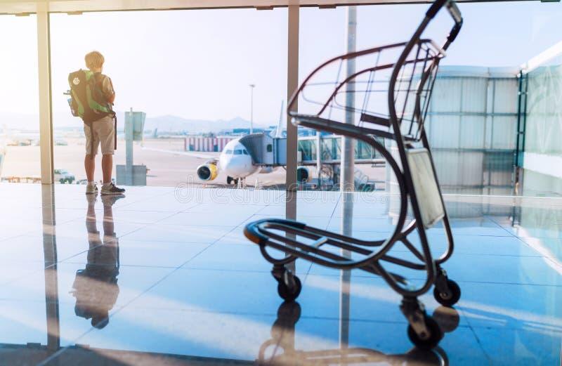 De alleen de pelgrimsjongen van Camino DE Santiago van de backpackerreiziger status in de luchthaven eind het wachten zaal en wac stock afbeelding