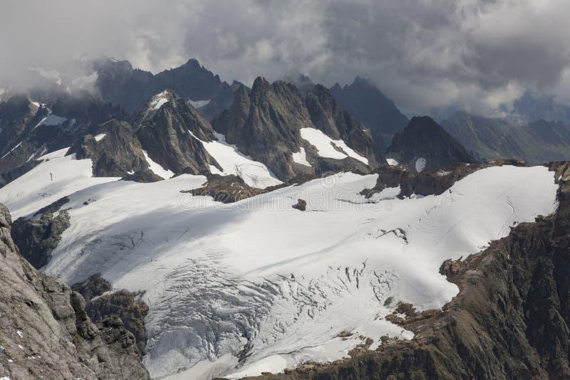 De alpen met gletsjer zetten dichtbij Titlis, Engelberg, Zwitserland op royalty-vrije stock fotografie