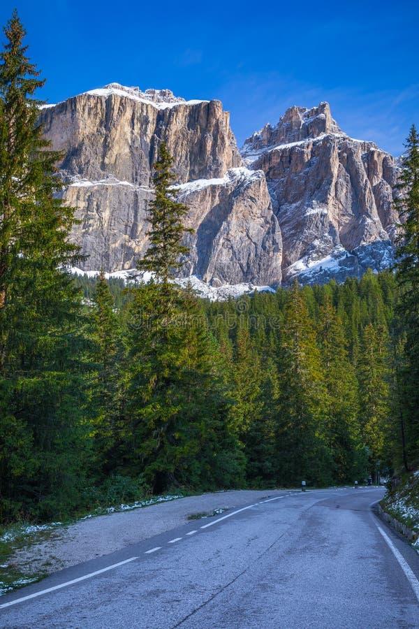 De Alpen van het dolomiet in Italië Mooie Dag De wegpassen in mede stock foto