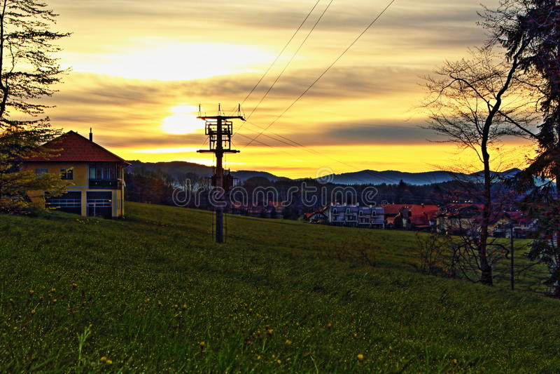 De alpiene horizon van de dorpszonsopgang royalty-vrije stock afbeeldingen