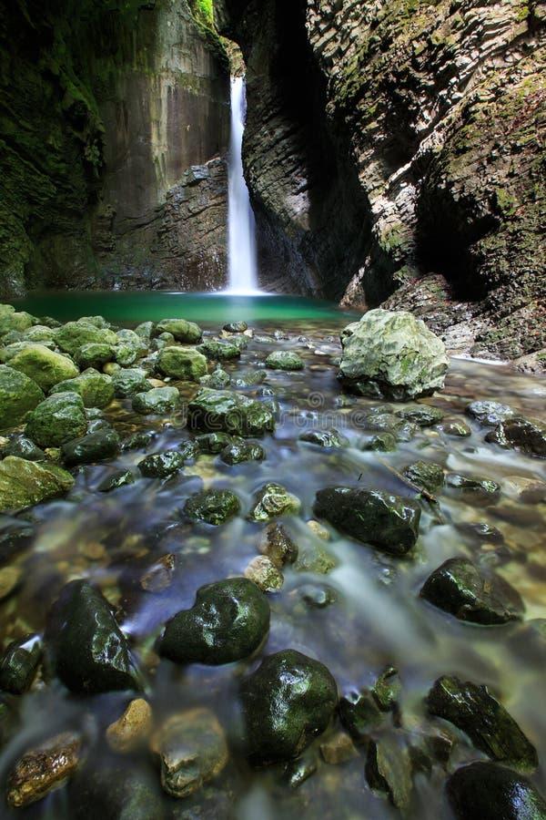 Download De Alpiene Lente Met Waterval Die In Een Smalle Kloof Vallen Stock Foto - Afbeelding bestaande uit ecologie, kloof: 54076866