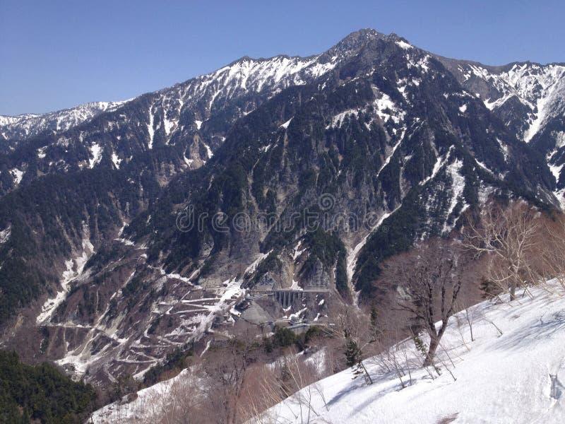 De Alpiene Route van Tateyamakurobe (de Alpen van Japan) stock afbeelding