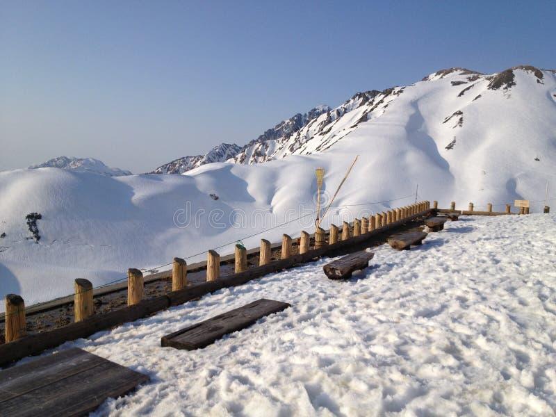 De Alpiene Route van Tateyamakurobe (de Alpen van Japan) stock foto