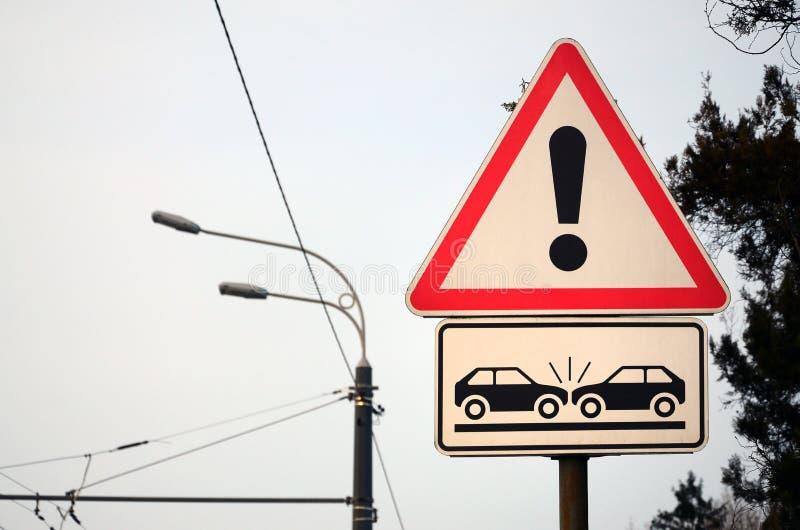 De alto riesgo de la colisión Una señal de tráfico con un signo de exclamación fotos de archivo libres de regalías