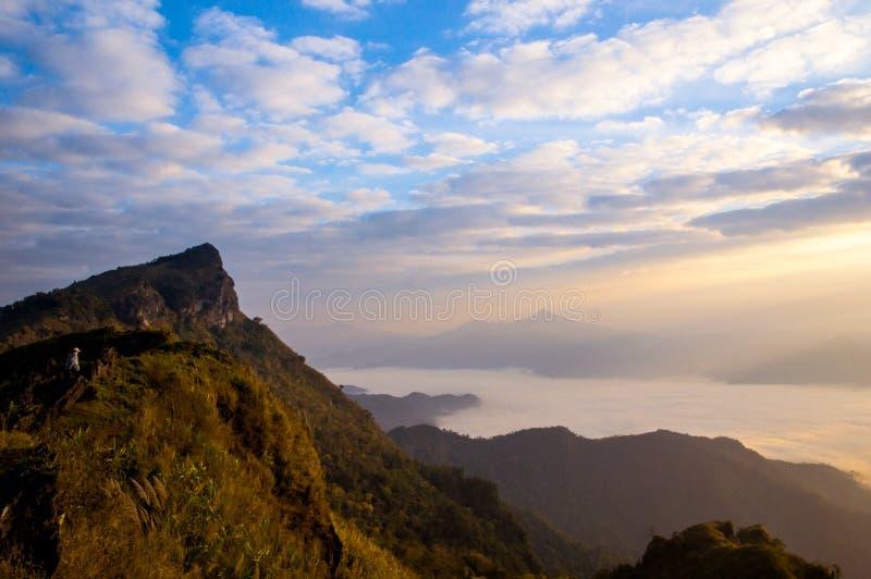 De Altocumulus-wolk is mooi op de berg stock foto